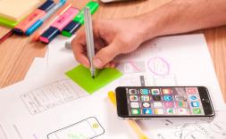 Persona treballant amb un mòbil ple d'aplicacions